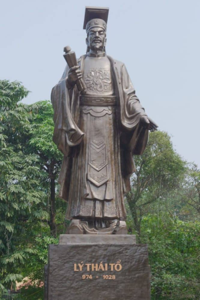 A bronze statue of Ly Thai To